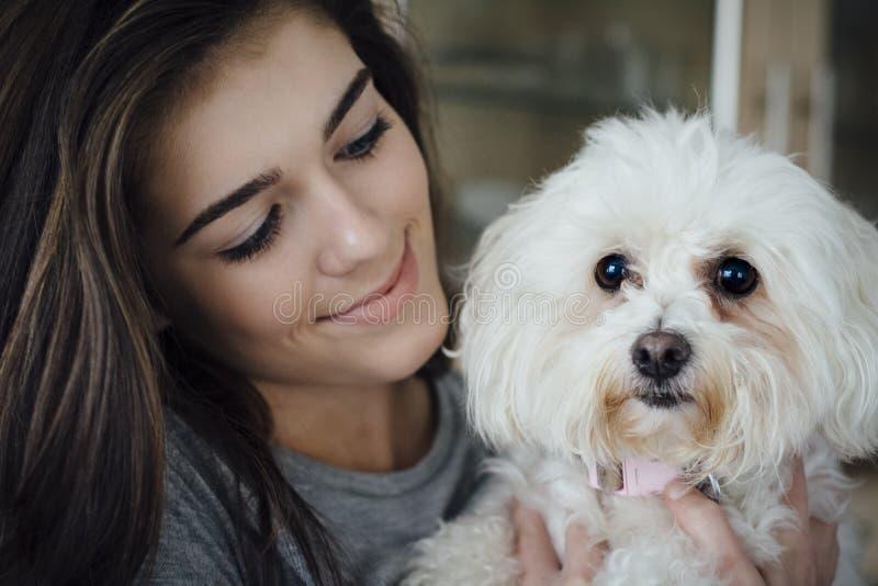 Предназначенная для подростков девушка и ее собака стоковое изображение rf