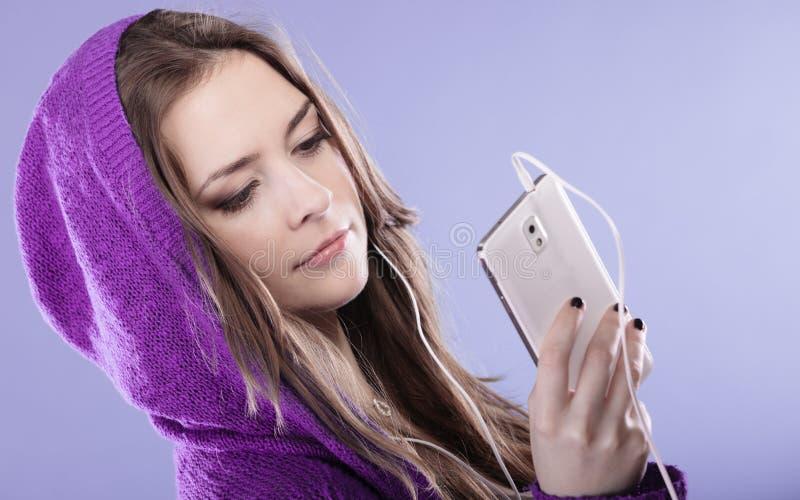 Предназначенная для подростков девушка с музыкой smartphone слушая стоковое изображение rf
