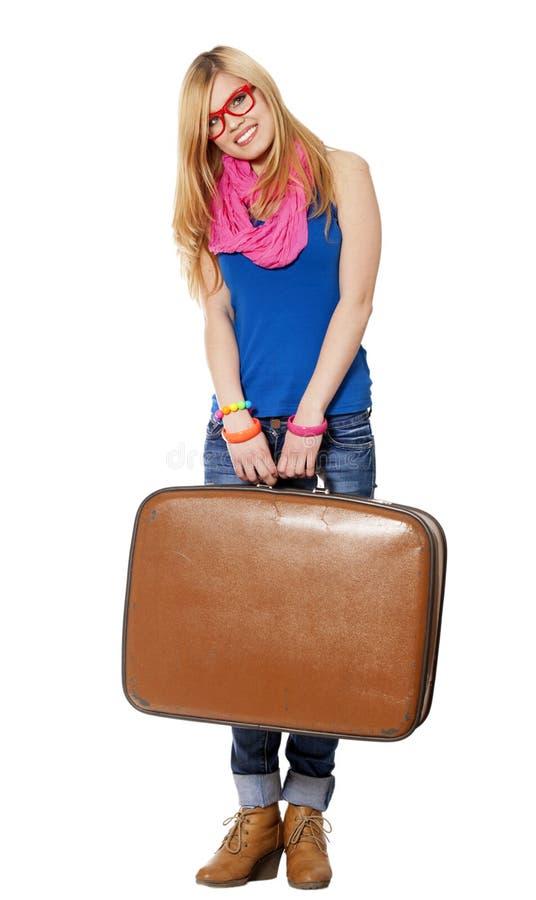 Предназначенная для подростков девушка с чемоданом на белой предпосылке стоковое фото rf