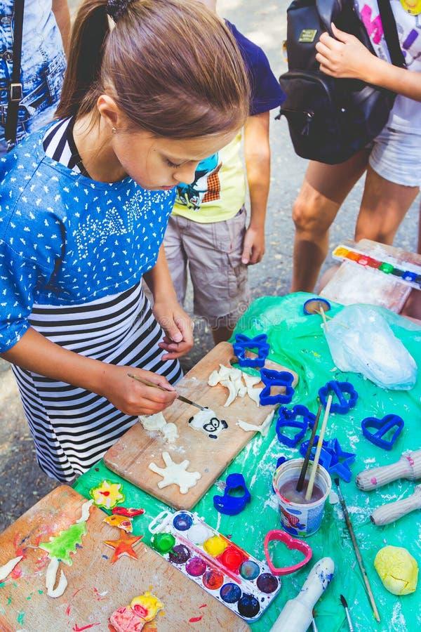 Предназначенная для подростков девушка участвуя на картине цвета воды на тесте вычисляет стоковые изображения