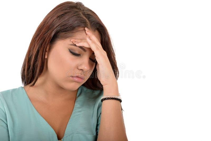 Предназначенная для подростков женщина при головная боль держа ее руку к голове стоковое фото