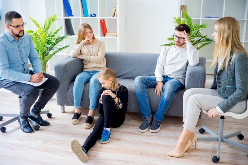 Предназначенная для подростков дочь в терапии семьи стоковое изображение