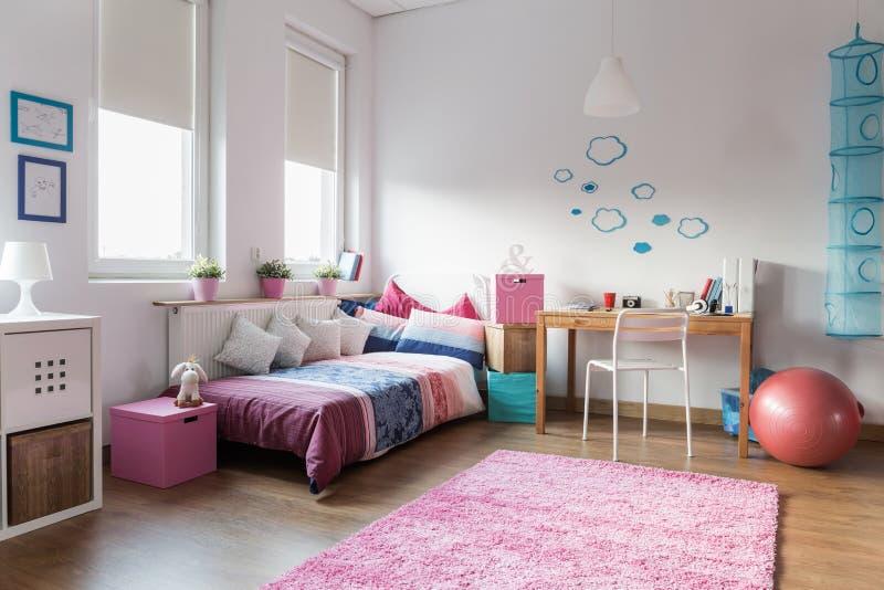 Предназначенная для подростков спальня девушки стоковая фотография