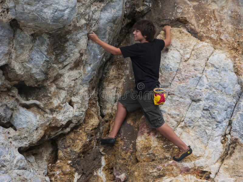 Предназначенное для подростков скалолазание стоковое изображение rf