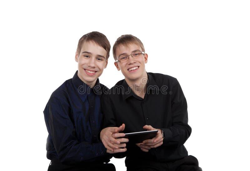Предназначенные для подростков пары с планшетом стоковые фотографии rf