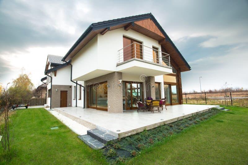 Предназначенный для одной семьи дом с патио стоковое фото