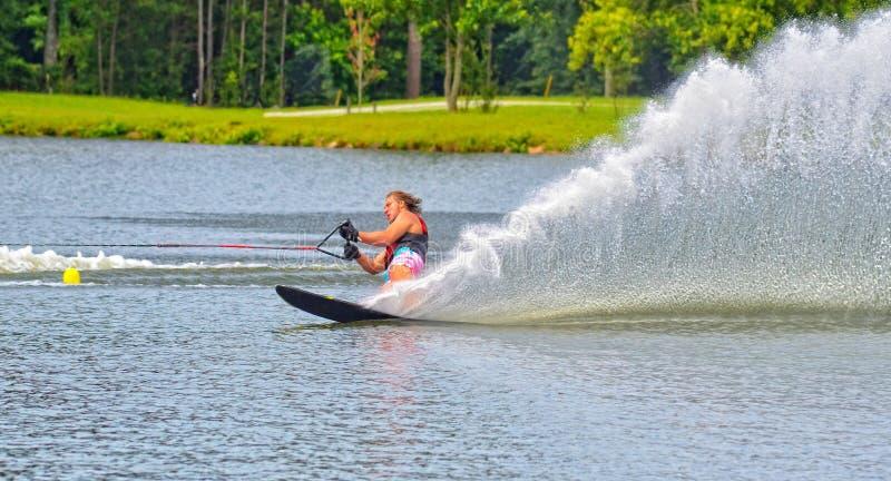 Предназначенный для подростков мальчик на курсе лыжи воды стоковое фото rf