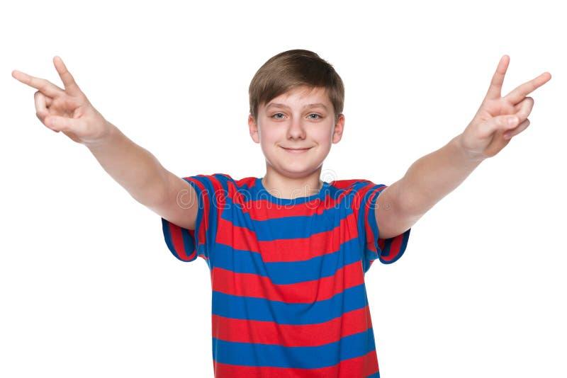 Предназначенный для подростков мальчик празднует победу стоковая фотография rf