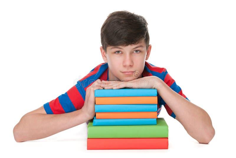 Предназначенный для подростков мальчик с книгами стоковое изображение rf