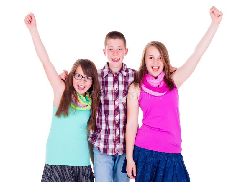 Предназначенный для подростков мальчик с счастливыми подругами стоковые изображения rf