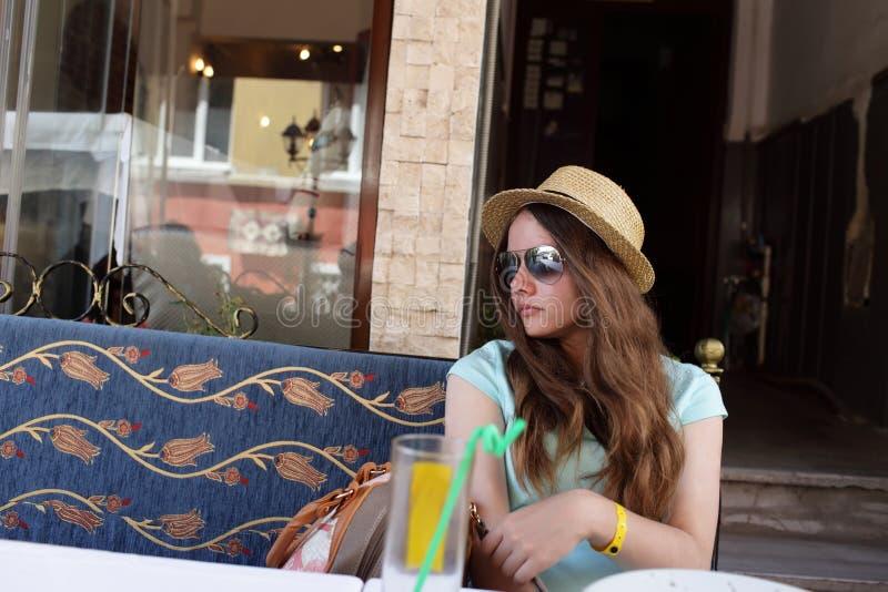 Предназначенный для подростков отдыхать на внешнем кафе стоковое изображение