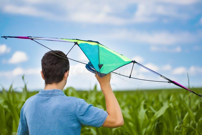 Предназначенный для подростков с змеем на кукурузном поле стоковое изображение rf