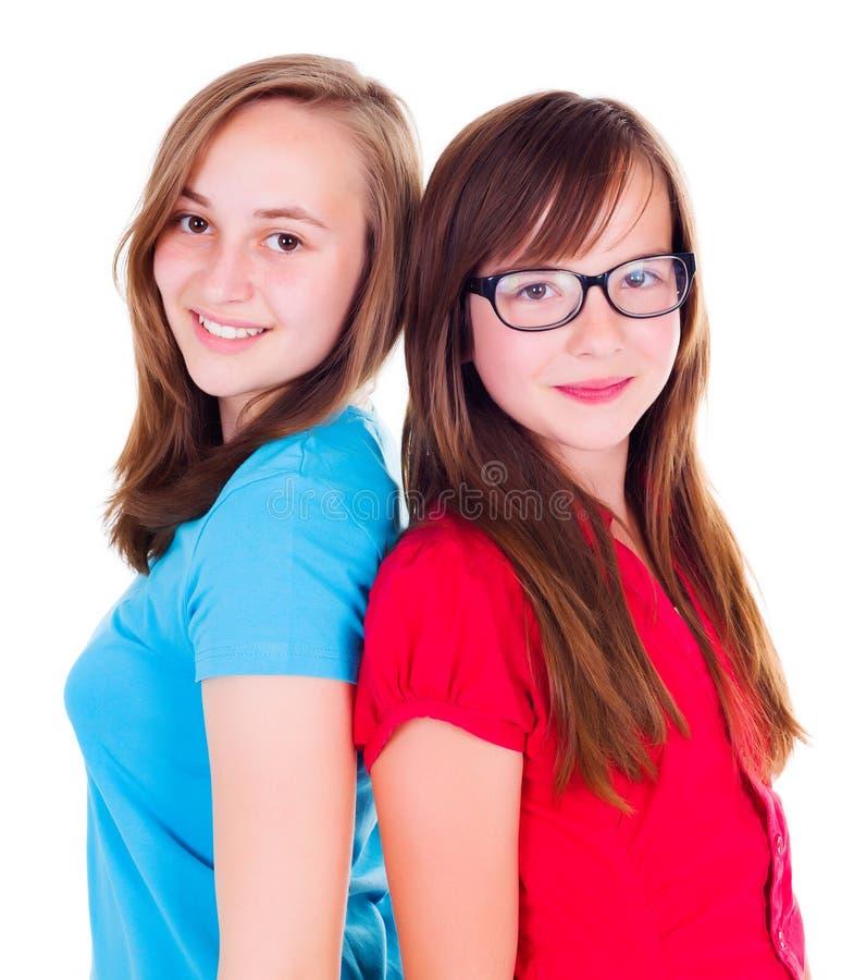 2 предназначенных для подростков девушки стоя спиной к спине стоковое изображение rf