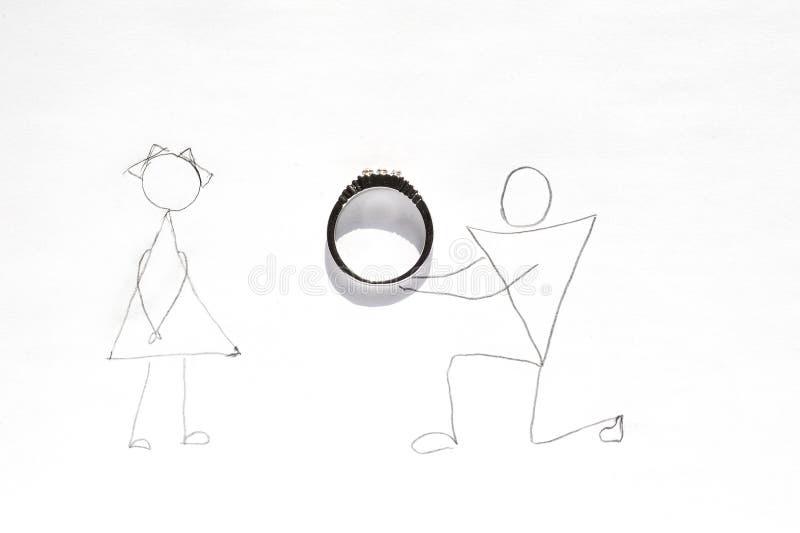 Предложение свадьбы - человек на одном колене давая кольцо к женщине стоковая фотография