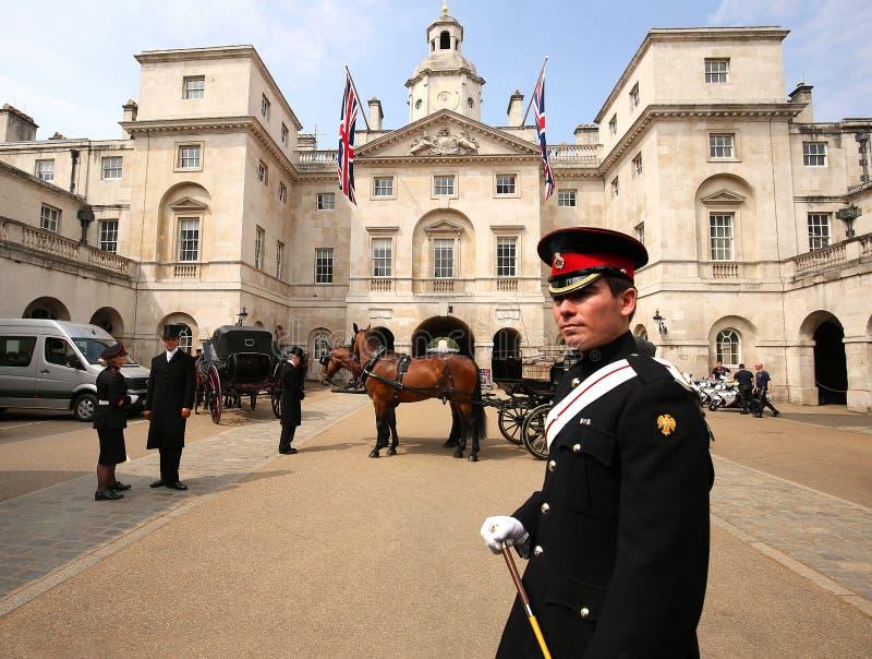 Предохранитель лошади перед зданием предохранителя лошади в Лондоне стоковые изображения rf
