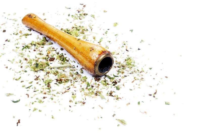 Предпосылка белизны трубы и засорителя марихуаны стоковые фотографии rf