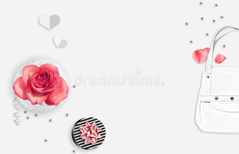 Предпосылка белой женщины Белая ваза, белая сумка, сердца бумаги, шарики, striped подарок и розовые розы на белой предпосылке стоковое фото