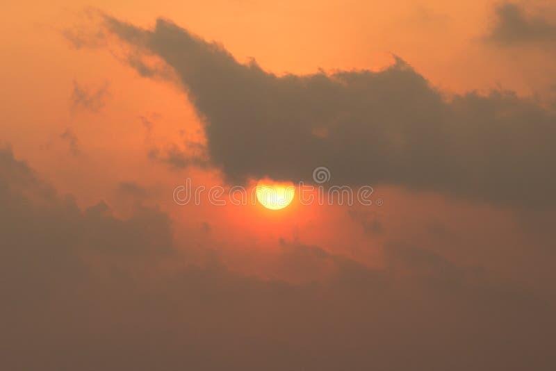 Предпосылка восходящего солнца за пасмурным стоковые изображения rf