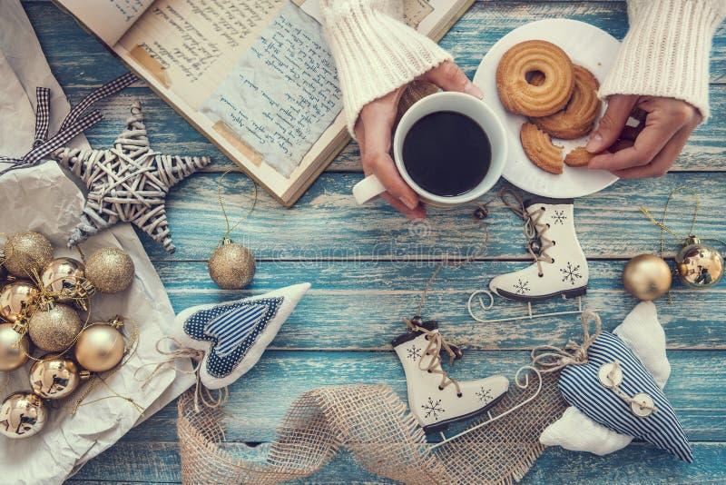 Предпосылка времени рождества с украшением, кофе и варить никакими стоковые фото
