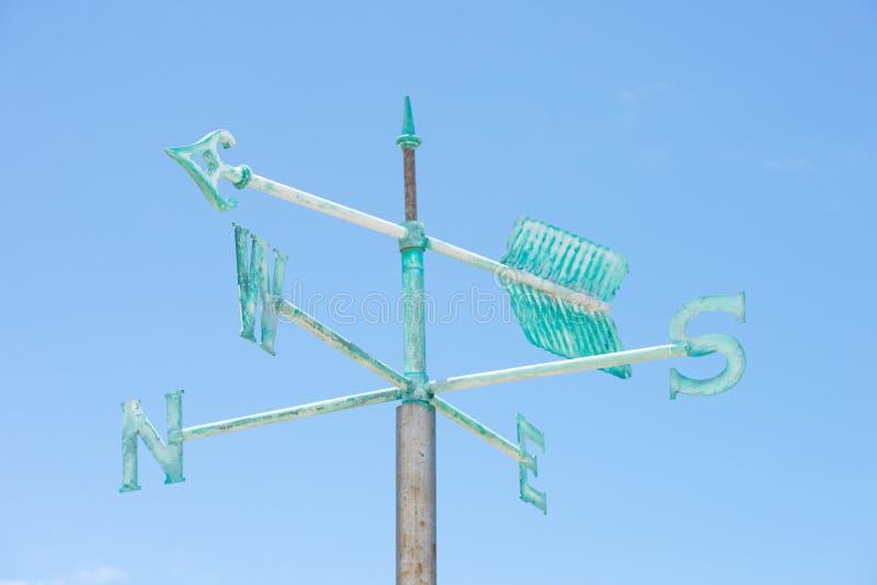 Предпосылка голубого неба лопасти погоды патины зеленая стоковые изображения rf