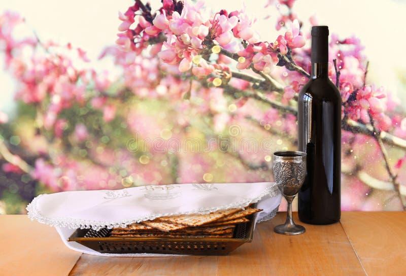 Предпосылка еврейской пасхи вино и matzoh (еврейский хлеб еврейской пасхи) на деревянном столе стоковая фотография rf