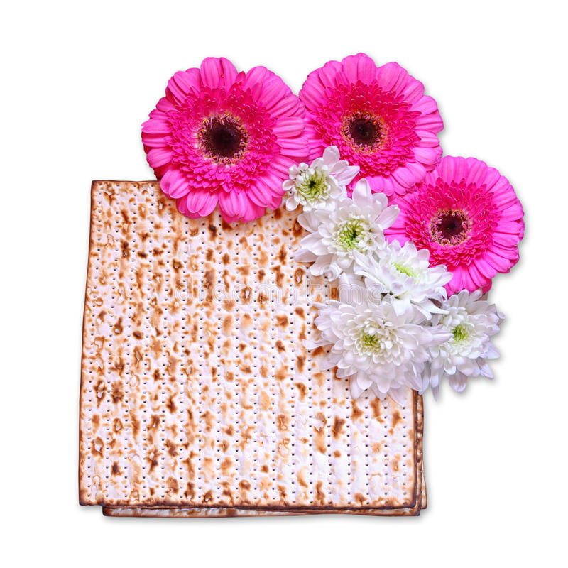 Предпосылка еврейской пасхи matzoh (еврейский хлеб еврейской пасхи) и цветки изолированные на белизне стоковая фотография rf