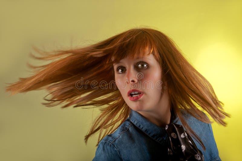 Предпосылка девушки Redhead удивленная желтым цветом стоковая фотография rf