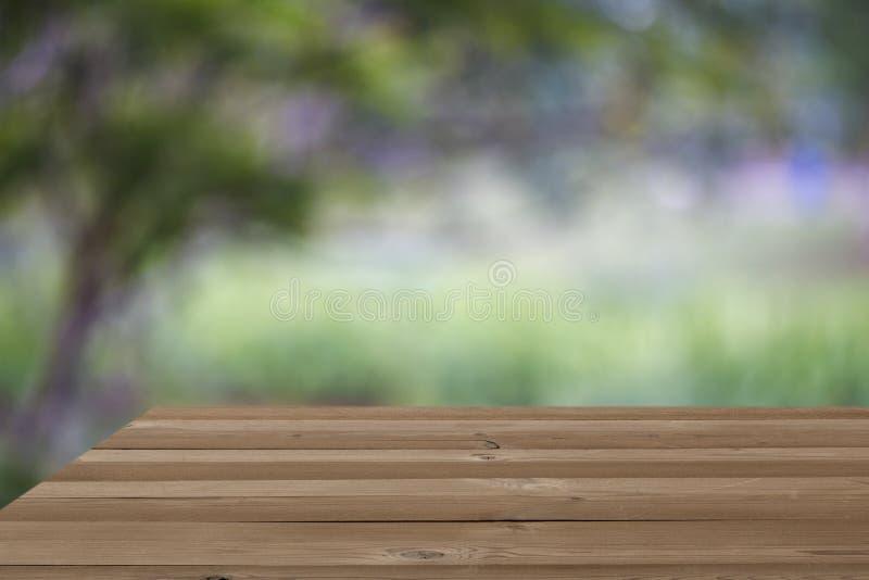 Предпосылка деревьев нерезкости таблицы деревянной доски пустая стоковые фотографии rf