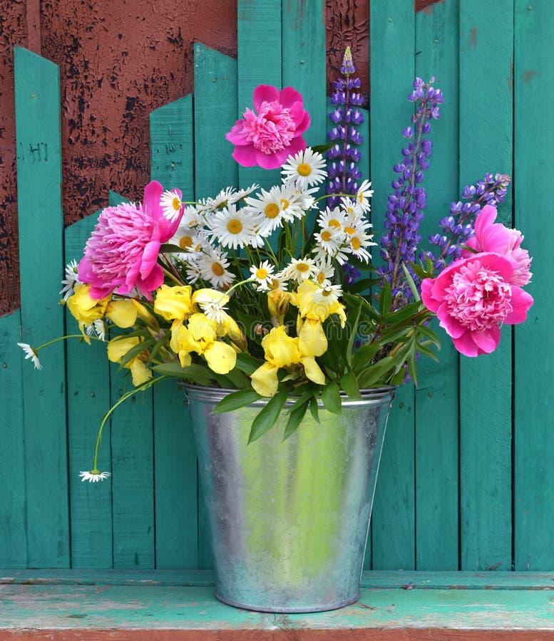 Предпосылка лета с цветками в ведре стоковые фотографии rf