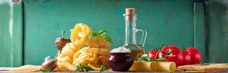 Предпосылка еды или здоровая концепция с оливковым маслом, свежим базиликом, tagliatelle макаронных изделий, рисом, грибами и пер стоковые изображения