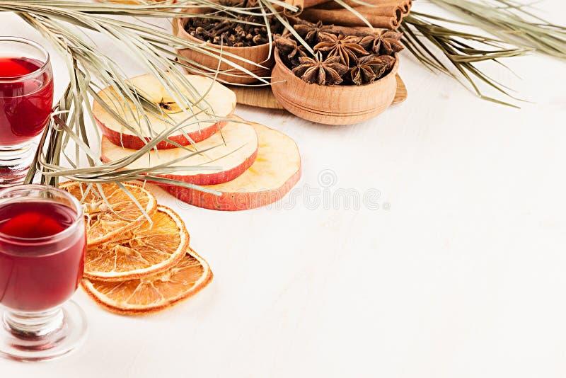 Предпосылка еды рождества - обдумыванное вино Декоративное украшение специй и пить на белом деревянном столе стоковые фотографии rf