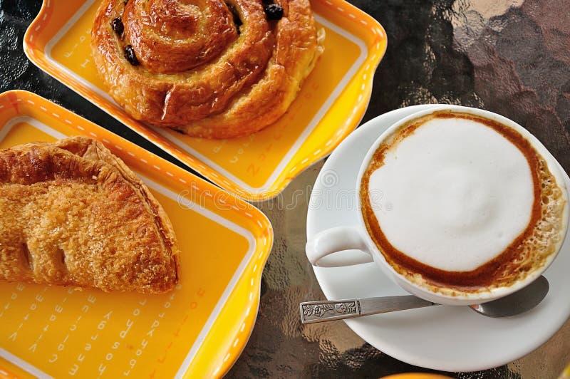Предпосылка завтрака хлебопекарни и капучино стоковые изображения rf