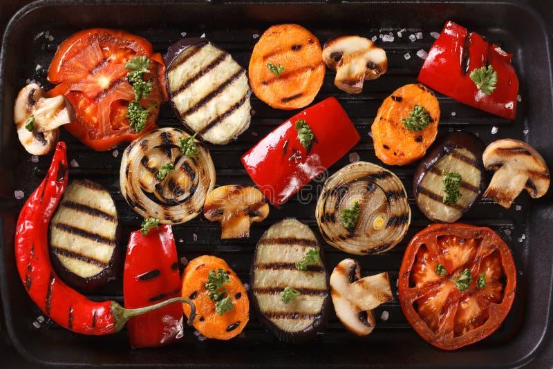 Предпосылка зажаренных овощей близко вверх горизонтальное взгляд сверху стоковое фото rf