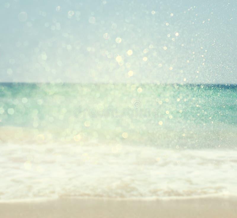 Предпосылка запачканных пляжа и моря развевает с светами bokeh, винтажным фильтром стоковая фотография