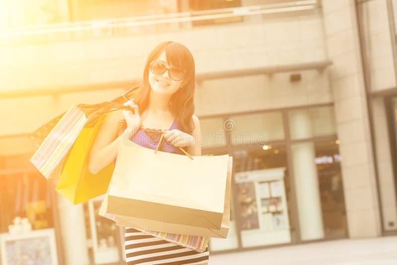 предпосылка изолированная над женщиной покупкы белой стоковая фотография