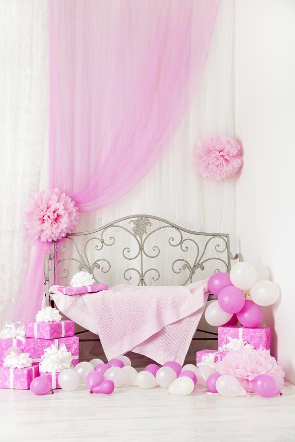 Предпосылка комнаты вечеринки по случаю дня рождения с подарочными коробками Ягнит торжество стоковое изображение