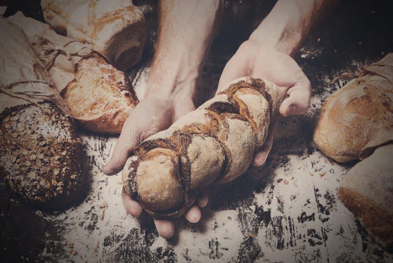 Предпосылка концепции хлебопекарни Хлебец хлеба владением рук стоковое изображение rf
