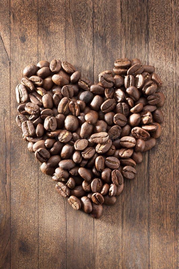 Предпосылка кофейных зерен сердца влюбленности стоковые изображения rf