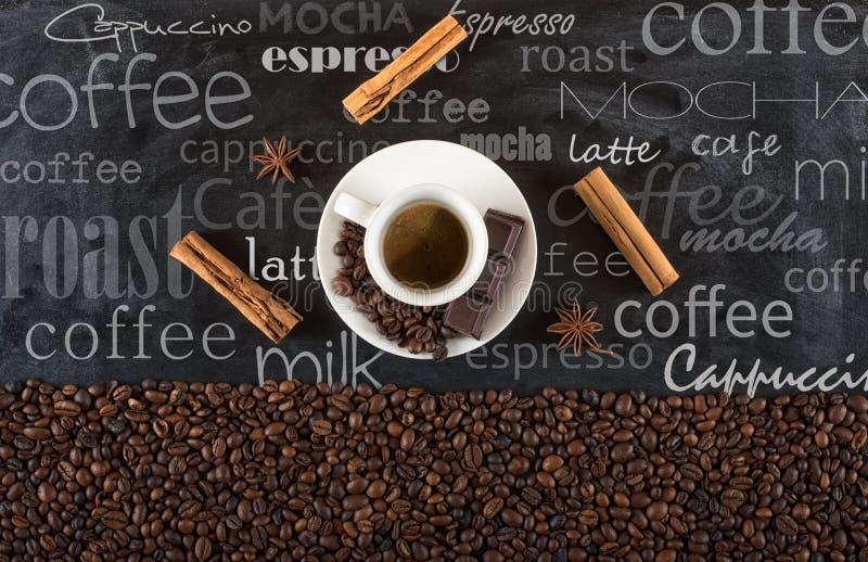 Предпосылка кофейных зерен чашки с циннамоном и анисовкой стоковые изображения rf