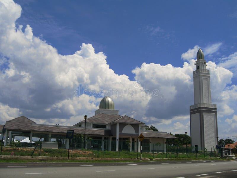 Предпосылка красивой современной мечети и голубого неба стоковое изображение