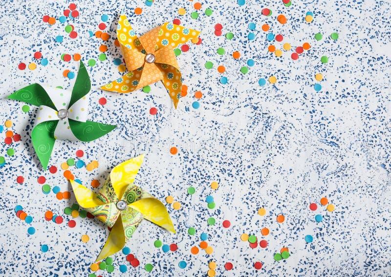 предпосылка красит желтый цвет праздника красный Домодельный бумажный pinwheel на светлой предпосылке Взгляд сверху стоковые изображения rf