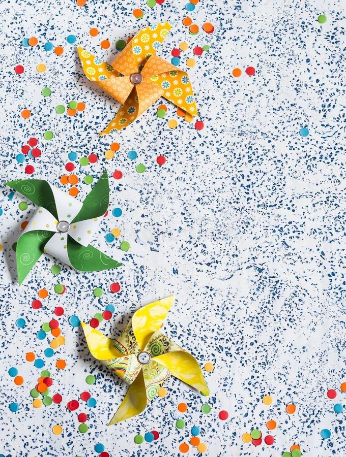 предпосылка красит желтый цвет праздника красный Домодельный бумажный pinwheel на светлой предпосылке Взгляд сверху стоковое изображение