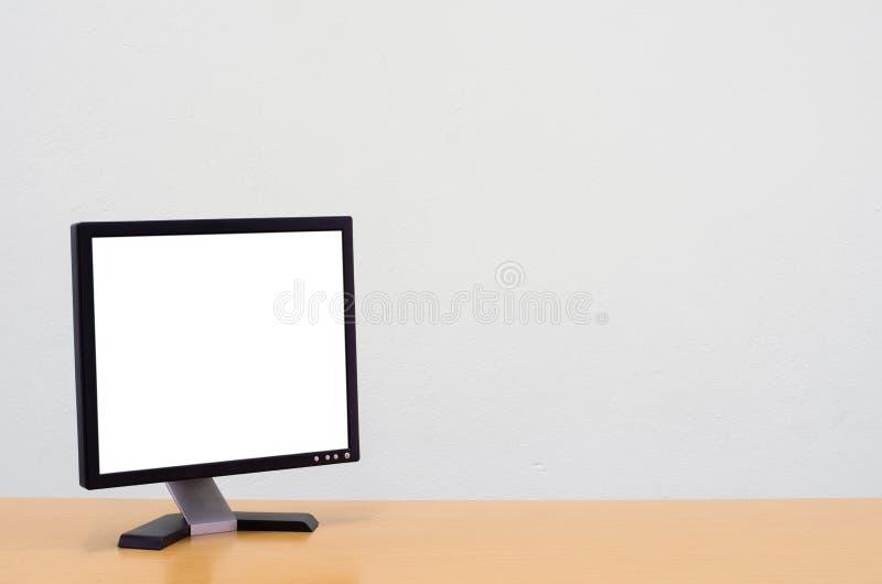 Предпосылка места для работы, пустой белый экран компьютера, экран монитора стоковая фотография