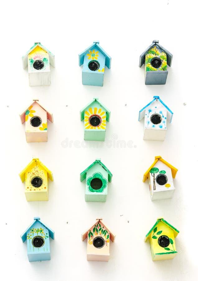 Предпосылка много малой birdhouses стоковое фото