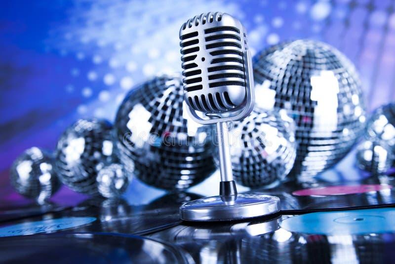 Предпосылка музыки, микрофон и шарики диско стоковые фото