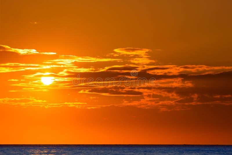 Предпосылка неба захода солнца оранжевая на вечере стоковые фотографии rf