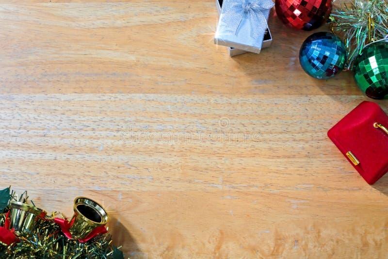 Предпосылка Нового Года с подарочной коробкой на деревянной текстуре стоковые фото