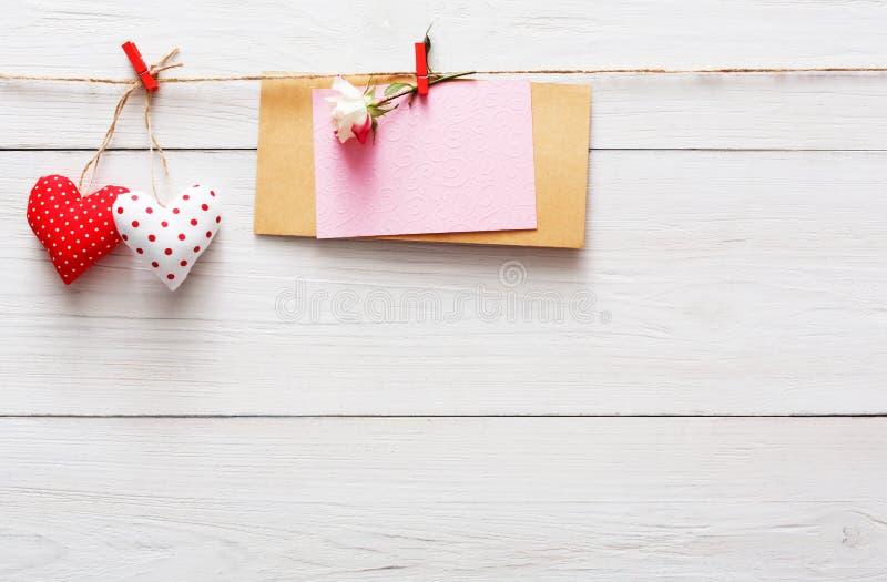Предпосылка дня валентинки, бумажная граница сердец на древесине, космосе экземпляра стоковые изображения rf