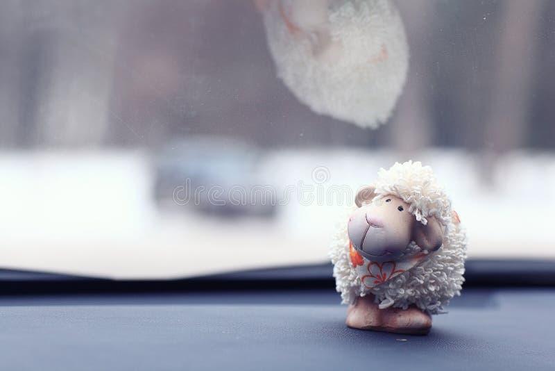 Предпосылка овец игрушки на автомобиле стоковая фотография