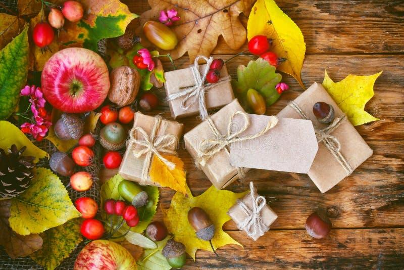 Предпосылка осени с листьями, ягодами, подарочной коробкой стоковая фотография rf